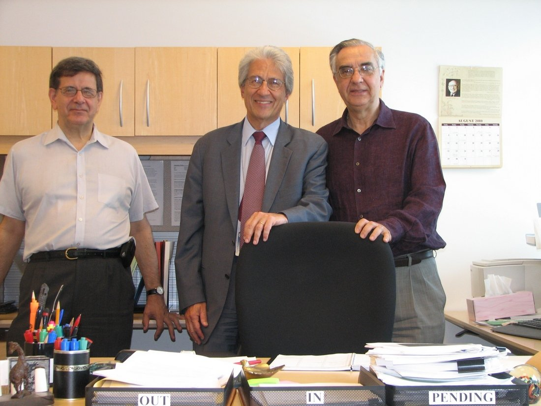 With friends Panos Labropoulos (l) and Lefteris Karmiris (r) on his last day in the office